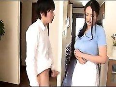 Nádherné Ázijská žena v domácnosti, pracovné jej ruky a pery na