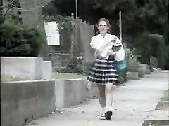 Plachý teen dievča v prdeli tým, škaredé frajer na jej ceste do školy
