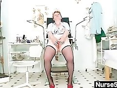 Špinavé zralé dámy hračky její chlupatý kočička zrcátko s