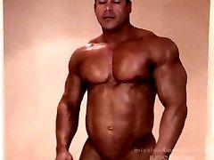 Huge muscle hunk