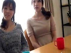 vrouwen observeren zijn erectie