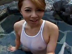 Badpak Japanse sluty Yumi in het zwembad