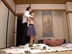 Husmor Yuu Kawakami Knullet Hardt Mens En Annen Mann Klokker