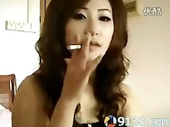 gudrs ķīniešu meitene smēķēšana