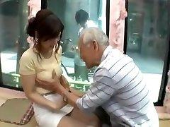 Candid ungdoms japan jente bli forført av gamle mannen