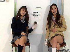 A japán nők kézimunka nevetve