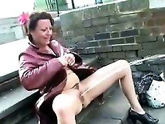 Zrelé British Žena Pissing Na Verejnosti