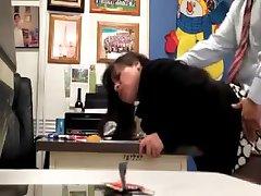 Lehrer fickt die Sekretärin in der Schule Büro