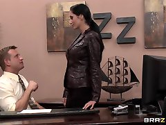 Hot busty brunette Milf sekretær fucks boss' stor pikk i office