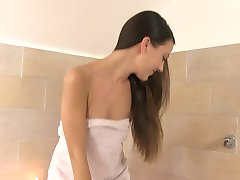 Hispaania tüdruk Lorena duši all ja masturbatsioon