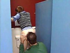 Nevinná teen v koupelně