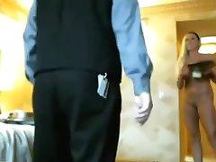 Blondynka w pokoju hotelu miga w pokoju chłopaka, obsługa na kamery
