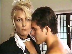 TT menina descarrega seu maço na loira milf Debbie Diamante