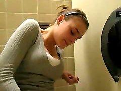 فتاة مفاجأة أثناء النشوة الجنسية في مرحاض !!!