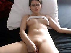Сексуальная красотка дрочит киску соски жира камелтое