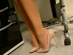 Upskirt:naughty secretary in high heels & pantyhose