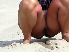 goală pe o plajă în olanda