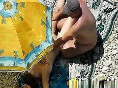 nud de femeie culcat sub umbrelă de soare