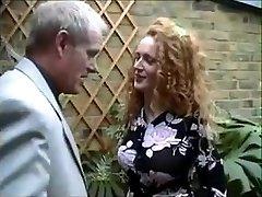 Engelsk rødhårete Nicole blir fanget røyke en joint