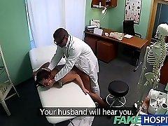 FakeHospital Skitne milf sex addict blir knullet av legen mens hennes mann venter