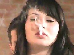 Babe im Pelz Raucht