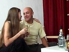 Kedves tini lány, idősebb férfi
