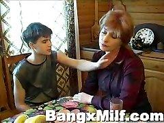 Paauglių vaikinas karšto sušikti yummy mama