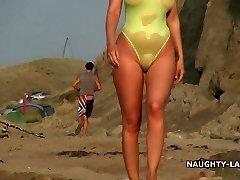 Pure maillot de bain et nu sur la plage