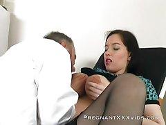 Ciężarna mamuśka lubi jej cipki mokre
