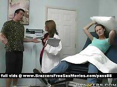 Młoda ciężarna dziwka idzie do lekarza
