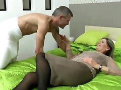 Seksowna babcia ssać i pieprzyć szczęściarz