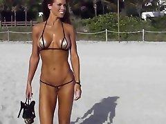 Äärimmäisen lyhyt bikinit cameltoe string rannalla