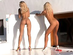 Zwei blondie Engel in high heels