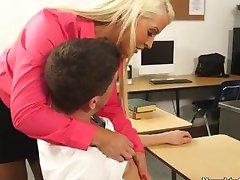 Blondi opettaja Alura Jenson miellyttää kiimainen opiskelija Bruce