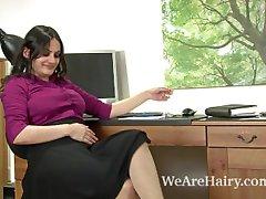 Sexy Riani los dedos de su coño peludo en el escritorio