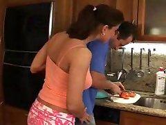 Head Cook In Aktion mit einer geilen Housewife.F70