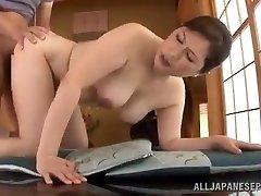 成熟的日本女孩使用她的阴部,以满足她的男人