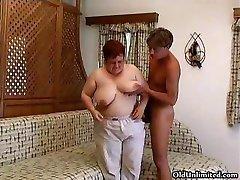 Старая толстая женщина сосет жесткий в ребята part5