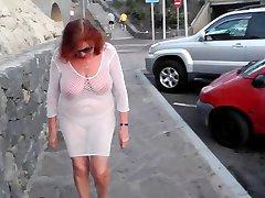 Красивая зрелая шлюшка ходит по городу с голыми сиськами