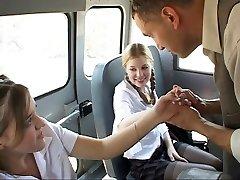 Школьница в действии на автобусе