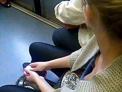 decollete  dans le metro