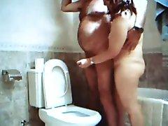 avrunkning i badrummet med Adriana