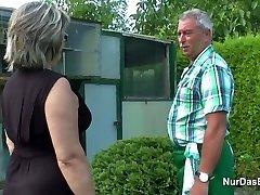 Duitse Opa en Oma neuken Hard in de Tuin