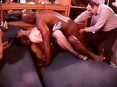 Blanc Hotwife dans une Salle Pleine de Taureaux Noirs