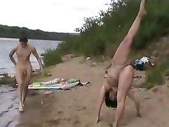 החוף בעירום - מתעמלת - מקסימום חשיפה