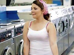 ExxxtraSmall - Petite Teen Follada en Lavandería de autoservicio