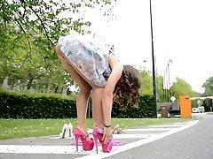 Adolescente saltar la cuerda en tacones UPSKIRT vistas