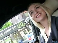 Caliente Lucy follada en la parte trasera de un coche