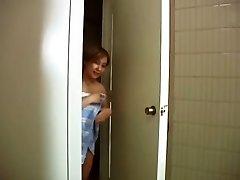 De repente, no mi madre entró en el cuarto de baño