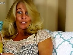 Hot Yankee housewife playing with her smooth-shaven pussy